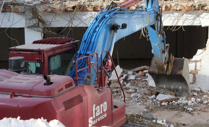 Demolizione edilizia di fabbricato eseguita con mezzi meccanici