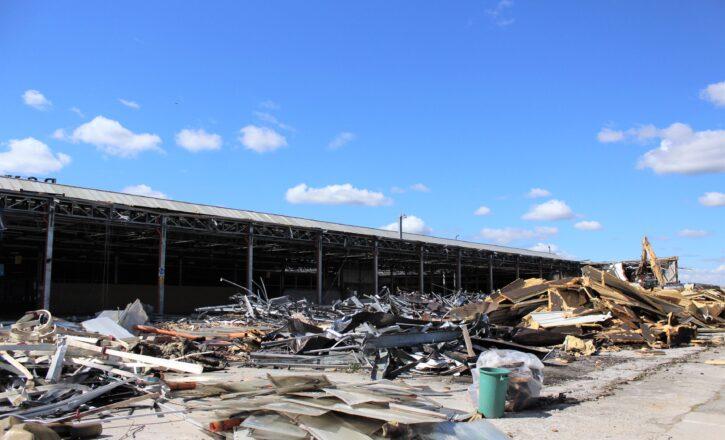 Esecuzione dei lavori di rimozione di lastre di copertura in cemento amianto e demolizione dell'ex sede della Bonfiglioli in Via Papa Giovanni XXIII, Calderara di Reno | Bologna